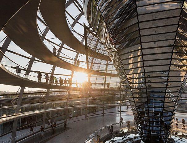 800px-Berlin_Reichstag_Kuppel_Innenansicht