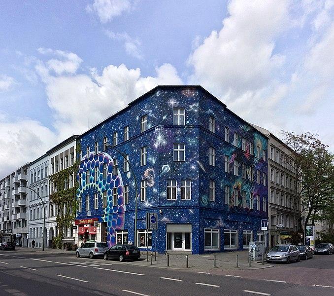 678px-Urban-Nation-Buelowstr-Fassadenbemalung-Marina-Zumi-Berlin-Schoeneberg-04-2017