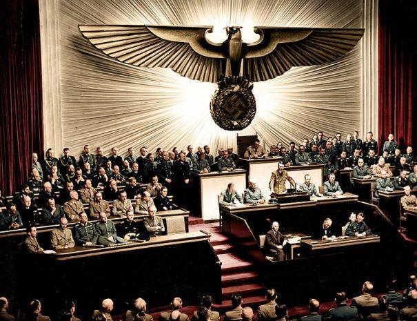 800px-Bundesarchiv_Bild_183-1987-0703-507,_Berlin,_Reichstagssitzung,_Rede_Adolf_Hitler_(color)